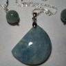 """,,Acvamarin""""; acvamarinul este o piatra in nuante speciale de bleu, bleu-gri, in care ti se pierd ochii si sufletul de admiratie; intregul set este montat pe argint 925, marcat, si vine intr-o cutie speciala pentru bijuterii; UNICAT; VANDUT"""