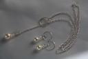 Alb…1; un set rafinat realizat cu perle Swarovski cream de 10 mm la pandant si de 8 mm la cercei, perle ce stralucesc cu gratie alaturi de cristale transparente cehesti; toate accesoriile metalice sunt placate cu argint, iar tortitele cerceilor sunt deosebite; lantul se asaza la baza gatului, insa este regalbil, intrucat pandantul format din perla si cristal se trece prin cercul decorativ si se stabileste lungimea dorita; pentru fixare optima, se mai trece o data pandantul prin cerc si lantul ramane fixat la lungimea dorita; UNICAT; VANDUT