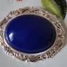 Brosa Blue Vintage, realizata din piatra de mountain jade albastru intens de 4X3 cm incadrata intr-o superba rama cu model vintage placata cu argint (placarea nu este realizata in China, ci in Anglia, deci este de calitate superioara); dimensiuni totale: 57X47 cm; VANDUTA