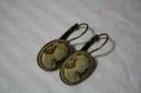 """,,Brown cameo"""", o comanda speciala de cercei cu settinguri de bronz si camee cu maro-bronz-crem-auriu; cerceii au fost coamndati pentru a se asorta cu brosa ,,Camee Brown""""; VANDUTI"""