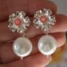 "Cercei ,,Marea in…flori"", realizati din splendide perle Mallorca, albe si coral roz prins din minunate flori argintii; cerceii se prind cu tija si vin insotiti de dopuri de silicon; dimensiuni: 31X18 mm"