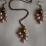 """,,Clopotei din perle"""", un set jucaus realizat din clopotei de bronz, frumos finisati si perle de cultura roz piersica cu irizatii mov; toate accesoriile metalice sunt din bronz; colierul se asaza la baza gatului; UNICAT; VANDUT"""