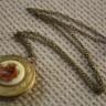 Colier Locket vintage, cu pandant locket, unde sa va asezati fotografiile preferate sau un biletel drag si camee cu pictograma de epoca; lantul este din bronz, subtire si finut; UNICAT; REZERVAT; VANDUT