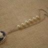 Colier Zana florilor; pandantiv din camee cu o superba si gratioasa zana a florilor, ivoire pe fond gri-bleu, inramata intr-un frumos cadru placat cu argint cu aspect antichizat (58X43 mm); lantul colierului este placat cu aur alb de 18 k si este imbogatit cu 6 perle de sticla ivoire; lungime colier: 36 cm (desfasurat: 63 cm); UNICAT; VANDUT