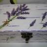 """Caseta bijuterii ,,Fereastra catre un camp cu lavanda""""; caseta masoara 15 cm lungime si este realizata prin multiple tehnici: pictura cu acrilice, decoupage, shabby chic; lacuita pentru protectie; UNICAT; VANDUTA"""