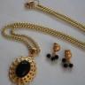 ,,Deep black 2″, un set rafinat si simplu, realizat din pietre de onix si accesorii metalice placate cu aur, baza pandantivului si tortitele cerceilor fiind filigranate; UNICAT; VANDUT