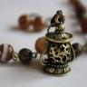 """,,Felinar"""", set cu alura vintage, cu un pandantiv incantator, reprezentand un felinar de epoca, frumos armonizat cu agate fatetate in degradeuri alb-crem-bej-tonuri de maro; lungimea colierului este de 30 cm si, desfasurat, de 51 (+3 cm prelungire); accesoriile metalice sunt din bronz; UNICAT; VANDUT"""