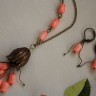""",,Lalele de coral"""", un set ,,terapeutic"""", care relaxeaza si incarca energetic pozitiv prin culorile superbe ale pieselor de coral somon; coralul este sculptat in forma de lalele, impecabil slefuite, iar efectul este intregit de clopotelul din petale florale din care iese buchetul de lalele; accesoriile metalice sunt din bronz; UNICAT; VANDUT"""