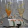 Set pentru nunta, compus din caseta pentru verighete, umerase pentru miri si pahare de sampanie pentru miri si nasi; integral pictate si personalizate manual; tema nuntii a fost crini portocalii; comanda speciala; pretul afisat este pentru intreg ansambulul