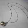 """Colierul ,,Perla in petale de frunze"""" face parte din Colectia MINIMAL si este realizat dintr-un pandat de perla fatetata, delicat cuprinsa in imbratisarea suava a unor petale de…frunze; lantisorul este extrem de fin si decorativ si masoara, desfasurat, 42 de cm; accesoriile metalice sunt placate cu argint; UNICAT; VANDUT"""