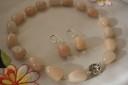 """,,Prestanta simpla"""", set compus din colier si cercei, realizat din pietre mari de agate dulci, in nuante piersicii; accesorii metalice placate cu argint; inchidere toggle argint tibetan; UNICAT; VANDUT"""