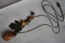 """,,Ruginiu"""", un colier superb, realizat din pietre semipretioase (agate si cuart vulcao), avand tema vegetala: frunza si ghinda din bronz, frumos texturate, dar si pandantivul din piatra mare de agat, care imita o ghinda; colierul este lung si deosebit; UNICAT; VANDUT"""