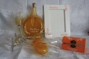 Set pentru nunta (acesta a fost un cadou al nasilor pentru miri), compus din sticla pictata si personalizata manual (pe care mirii o vor pune -daca doresc- pe masa de prezidiu si din care vor fi serviti sau in care vor putea pastra ulterior licoarea lor favorita), pahare de sampanie pentru miri si nasi (de asemenea, pictate si personalizate manual), rama foto si caseta pentru verighete; obiectele din sticla sunt pictate cu vopsea speciala si rezista la spalare; se lucreaza pe comanda