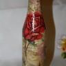 """,,Sticla cu trandafiri"""" este o sticla cu capacitate de 250 ml, o mica bijuterie in care va puteti tine un lichior fin, o afinata sau o alta licoare bahica cu care va rasfatati din cand in cand pe sine sau pe musafiri; cu aspectul ei vintage, sticla va da valoare unei mese festive sau de sarbatoare si va incanta privirile (si papilele gustative, in functie de ce alegeti sa puneti in ea!); decorata manual cu tehnica decoupage si lacuita bine, astfel incat sa o puteti trece printr-un jet de apa fara probleme; UNICAT; VANDUTA"""