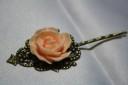 """,,Sweet rose"""", agrafa de par din bronz, cu trandafir din rasina in culoarea piersicii, foarte dulce si suava; aspect vintage si romantic; UNICAT"""