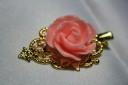 """,,Vintage rose"""", o agrafa de par foarte speciala, placata cu aur, cu trandafir din rasina roz, aspect romantic si vintage; prinderea este tip clema, foarte eficienta; UNICAT"""