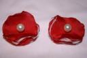 Accesorii pantofi rosu-ivoire, realizate din textil rosu si voal ivoire, cu o perluta de sticla ivoire in mijloc; sistemul de prindere pe pantof este un clips subtire si fin, care nu se simte la purtare si nu agata dresul; diametrul 3,8 cm; realizati la comanda, se pot reface la cerere; pentru un efect sporit, recomand asortarea clipsurilor cu o agrafa potrivita (6 cm diametrul; pret: 7 ron)