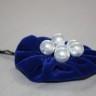 Agrafa de par cu floare de catifea albastru royal si perle albe; agrafa este calitativa, nu agata parul; diametrul florii: 50 mm; VANDUTA, se poate reface la comanda