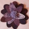 Brosa Ametist seducator, din bumbac vopsit manual cu culori speciale pentru textile; culorile sunt ale ametistului, un degrade de violet, mov, lila si putin alb, iar in mijloc troneaza o floare mov din rasina; brosa se poate purta si ca o clama de par (clama asortata, mov, vine la pachet cu brosa); diam. 10 cm; brosa-clama se poate asorta cu cerceii Lacrima de ametist; VANDUTA