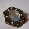 Brosa Vintage, cabochon acrilic alb transparent, cadru cabochon aspect bronz si cu margele albe de nisip; dim: 45X35 mm; VANDUTA