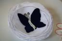 """,,Blue Butterfly"""", brosa din voal alb creponat si fluture din catifea albastru intens, margelute de nisip ivoire si antene din sarma auriu antichizat, dar cu aspect mai degraba de bronz; diametrul: cca 8-8,5 cm; VANDUTA"""