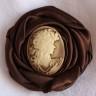 Brosa Camee Brown; realizata din saten ciocolata neagra si camee din rasina maro cu bej; COMADA SPECIALA, plecand de la un colier asemanator