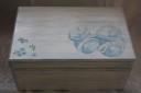 Caseta de amintiri pentru bebe; cand copilul este foarte mic, parintii isi dau seama ca au nevoie de un spatiu in care sa depoziteze diverse obiecte cu o mare valoare sentimentala peste ani (bratara din maternitate, panza de mir si alte obiecte de la ceremonia de botez, motul, jurnalul lui bebe, iar mai tarziu -primul desen al acestuia, primul cuvant scris de el, etc.); cutia are 30X20 cm si se poate personaliza la cerere; aceasta cutie a fost oferita cadou la un botez pentru un bebe mult-iubit