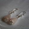 Cercei Lacrimi de cuart 1; realizati din piatra naturala de cuart roz, in forma de lacrima si avand accesoriile tehnice placate cu argint; VANDUTI