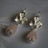 Cercei Lacrimi de cuart 2; realizati din piatra naturala de cuart roz, in forma de lacrima si avand accesoriile tehnice placate cu argint si tortitele cu model vegetal, argintii; VANDUTI