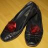 Accesorii pentru pantofi/balerini/sandale, realizate din organza grena si perla de sticla rosie; diamensiunea florilor: cca 65 mm; florile se prind de pantof prin clipsuri, de aceea pot fi purtate si ca cercei sau ca brose pentru copii (in cazul carora acele de brosa prezinta pericol de intepare); clipsurile nu jeneaza piciorul; pretul afisat este pentru o pereche