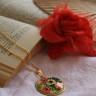 Colier Buchet, realizat din cabochon floral in montura aurie si lant placat cu aur; toate accesoriile tehnice sunt placate cu aur; pandantul: 50X35 mm (cu agatatoare); lungime colier: 30 cm, lungime lant desfasurat: 52 cm; un colier ce aminteste de bijuteriile de epoca; VANDUT