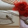Colier Flori…incuprate, realizat din cabochon floral in montura de cupru si lant de cupru; pandantivul: 46X42 mm; lungime colier: 40,5 cm; lungime lant desfasurat: 71 cm; un colier ce aminteste de bijuteriile de epoca; VANDUT