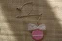 Colier dantelat, din lut modelat, pictat si lacuit manual, invaluit in dantela alba si decorat cu o funda si ea din dantela; lungime 30 cm; INDISPONIBIL