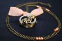 """Colier ceas ,,Pisicuta vintage"""", cuprat; lantul masoara 45 cm (90 cm desfasurat) si este infrumusetat de perlute de sticla somon; pandantivul-ceas are diametrul 35 mm si o fundita din voal somon; ceasul functioneaza cu baterii; un accesoriu deosebit, estetic si cu functie practica, totodata, care va va scoate din anonimat; VANDUT"""