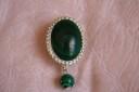 Brosa malachit; realizata din piatra naturala de malachit (25X18 mm) incadrata in rama argintie si o sfera din malachit de sinteza (10 mm); COMADA SPECIALA; VANDUTA
