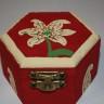 Cutie de bijuterii Crin imperial, hexagonala, pictata manual, diam. 7 cm; VANDUTA, se poate reface la comanda