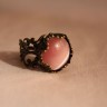 Inel vintage cu piatra semipretioasa, ochi de pisica roz, in cadru inel din bronz filigranat, reglabil; VANDUT