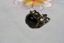 Inel vintage cu piatra semipretioasa, onix, de 1.4 cm, in cadru inel de bronz, filigranat, reglabil; VANDUT