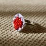 Inel textil, reglabil, alb cu dungi bleu si un manunchi de margele de nisip rosii, diam. 2 cm; VANDUT