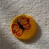 Martisor-pandantiv Fluturas, modelat din lut, pictat manual si lacuit, diam. 3 cm