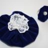 Set accesorii: brosa cu dantela alba si perla alba, inel reglabil cu perla alba, agrafa de par cu perle albe (agrafa este calitativa si nu agata/rupe parul), toate realizate din catifea albastru royal si cu aspect special; VANDUT