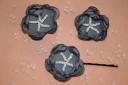 Agrafa de par din voal fin gri cu margele de nisip albe; diametrul florii: cca 45 mm; agrafa este de buna calitate si nu agata/rupe parul