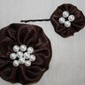 Set accesorii: brosa si agrafa de par din saten brun-ciocolata, cu perle albe (agrafa este calitativa si nu agata/rupe parul); VANDUT