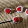 Set accesorii: inel reglabil, cercei si agrafa (cadou), textil alb cu dungi bleu si margele de nisip rosii, diametrul florilor: 2-2,3 cm; VANDUT