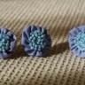 Set accesorii din cercei si inel reglabil, textil albastru cu margele de nisip bleu sidef, diam. 2,5 cm; VANDUT, se poate reface la comanda