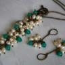 """,,Ghiocei"""", set deosebit compus din colier lung si cercei, realizat din perle de cultura calitate superioara (AA) si jad fatetat; setul pare sa intruchipeze ghioceii primaverii; accesoriile metalice sunt din bronz; UNICAT; VANDUT"""