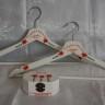 "Set pentru nunta ,,Crini rosii"", compus din umerase pentru miri si caseta pentru verighete, personalizate"