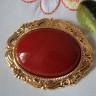 Brosa Red Vintage, realizata din piatra de mountain jade rosu-grena de 4X3 cm incadrata intr-o superba rama cu model vintage placata cu aur (placarea nu este realizata in China, ci in Anglia, deci este de calitate superioara); dimensiuni totale: 57X47 cm; VANDUTA