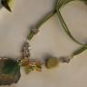 """,,Frunze"""", un colier puternic, creat pe ideea de asimetrie, realizat in jurul temei ,,frunza"""": frunza metalica argintie, frunza verde din jad, frunzulite din sticla de Cehia; piatra mare de jasp verde; inchizatoare florala argint tibetan; bufnita argint tibetan; snur faux suede in culoare potrivita ansamblului; UNICAT; VANDUT"""