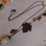 """,,Frunze de cappuccino"""", colier deosebit, cu tema vegetala, realizat din pietre de agat (cea mare, alba, imitand o ghinda brumata, iar cele mici -in degradeuri alb-cappuccino); frunza din bronz, frumos texturata, ghinda asemenea, si frunzulite palmate tot din bronz; lantul este lung si respecta ideea bronzului din acest colier; UNICAT; VANDUT"""